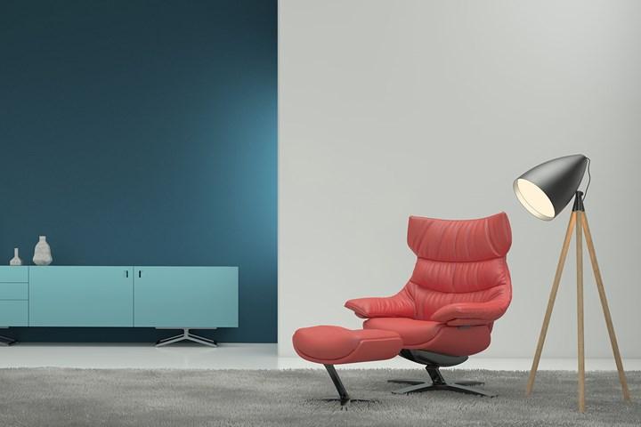 chaise en cuir rouge en étude avec lampadaire