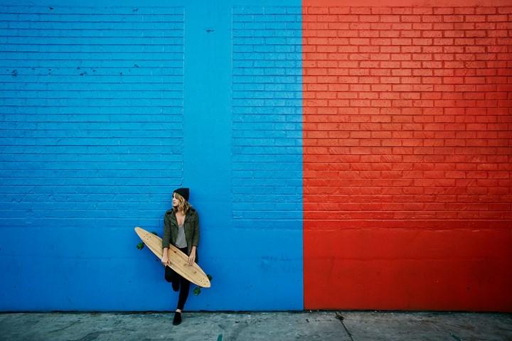 mur de briques bleu et rouge