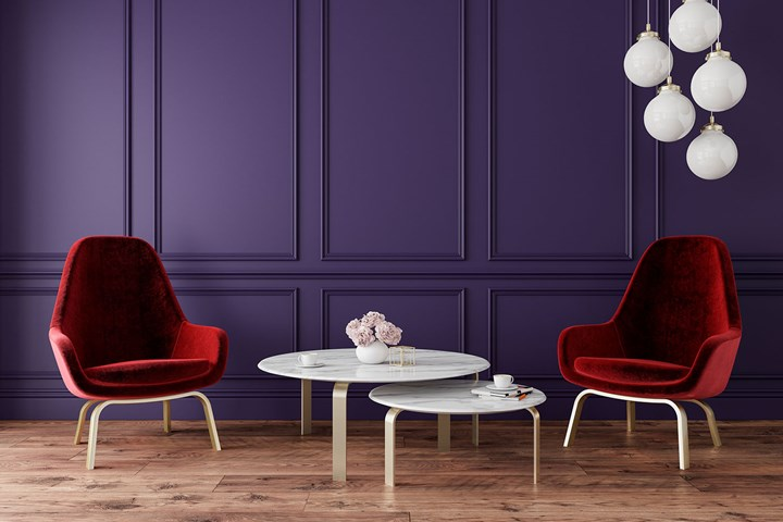 murs violets avec des chaises en velours rouge et des suspensions de meubles blancs