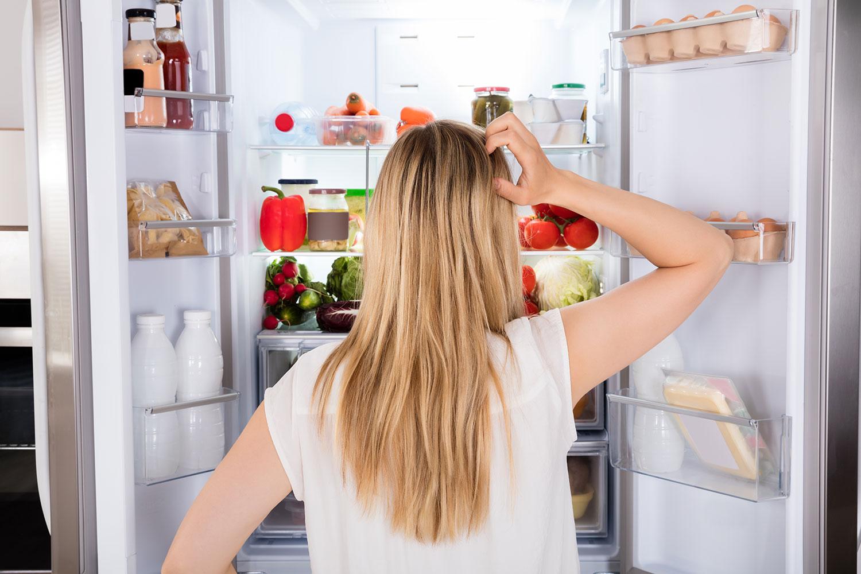 фото думает ночью у холодильника его установки прочную