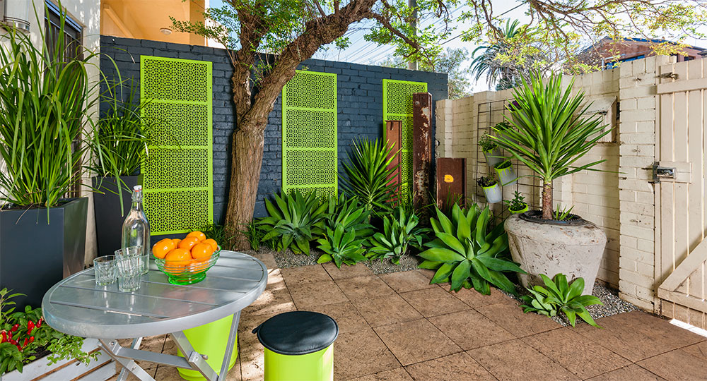 How To Give Your Courtyard A Makeover Diy Gardening