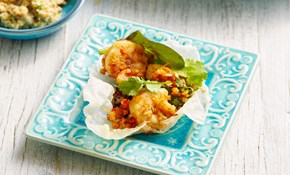 Rice paper crisps with prawns and greens