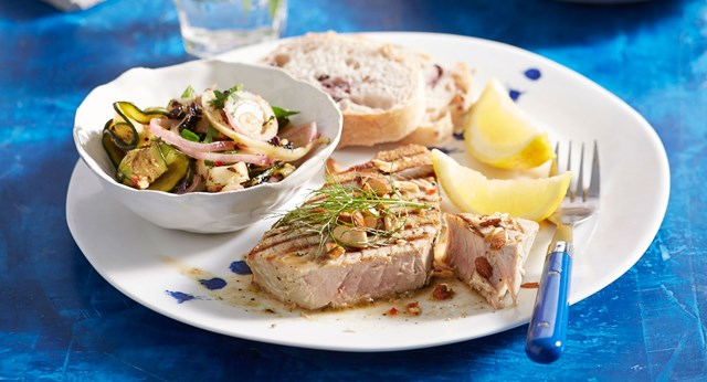 Grilled tuna with zucchini, fennel and currant salad