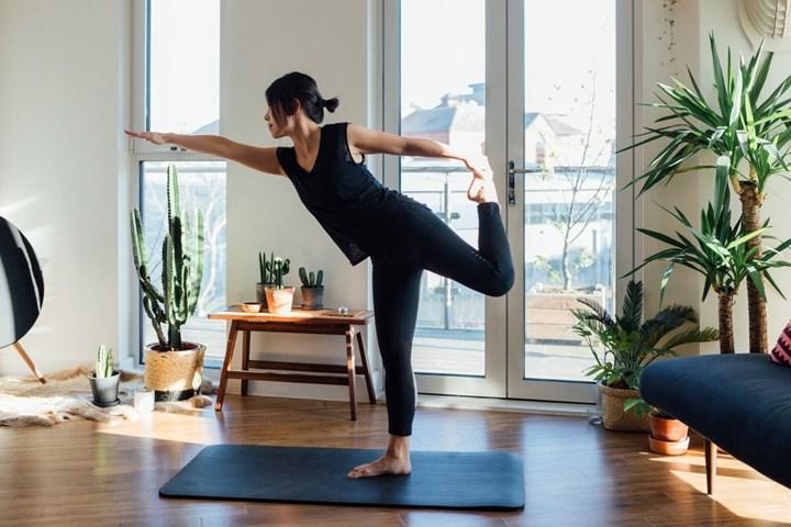 Femme faisant du yoga à l'intérieur